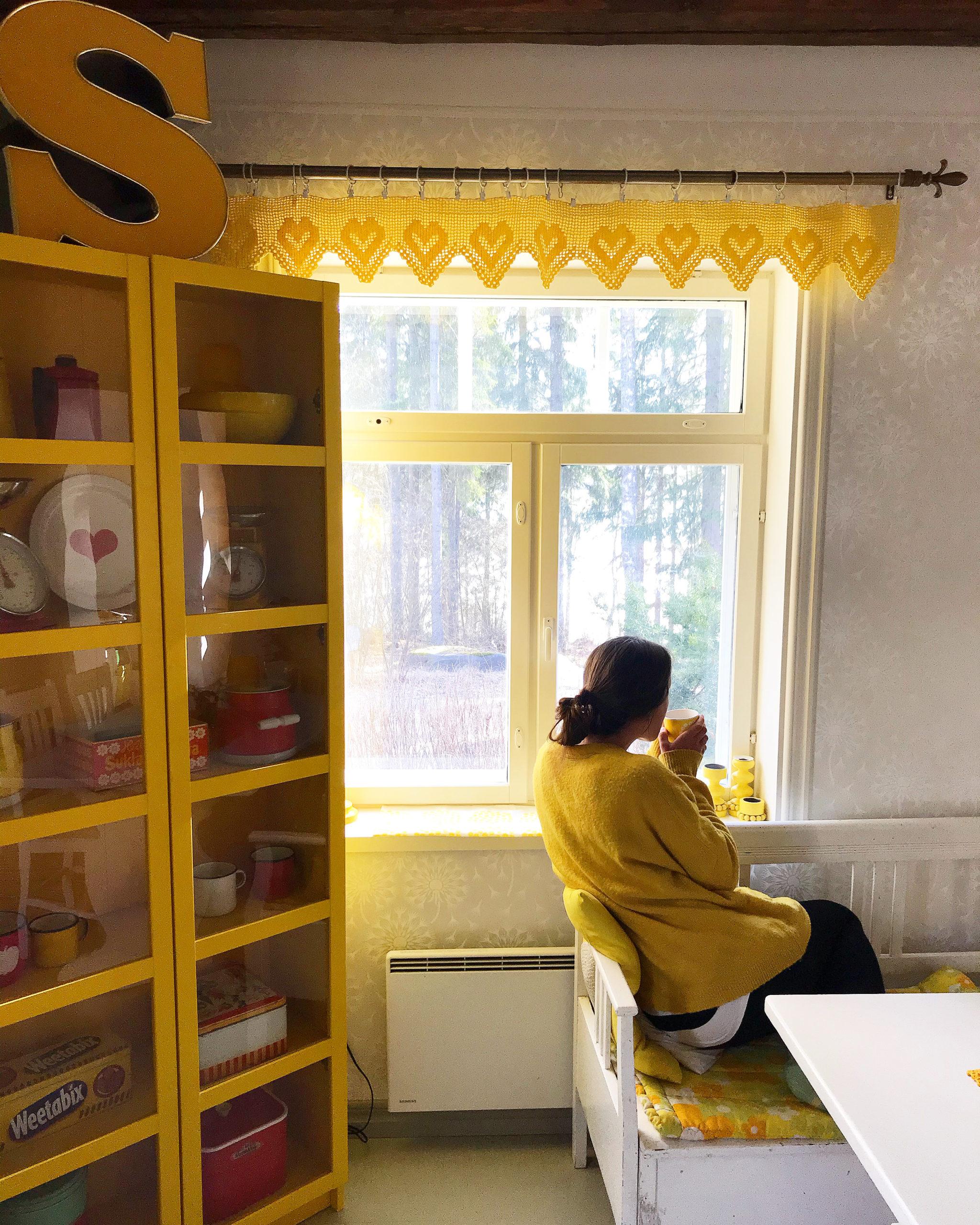 Elluyellow keltaisen keittiön ikkunalla