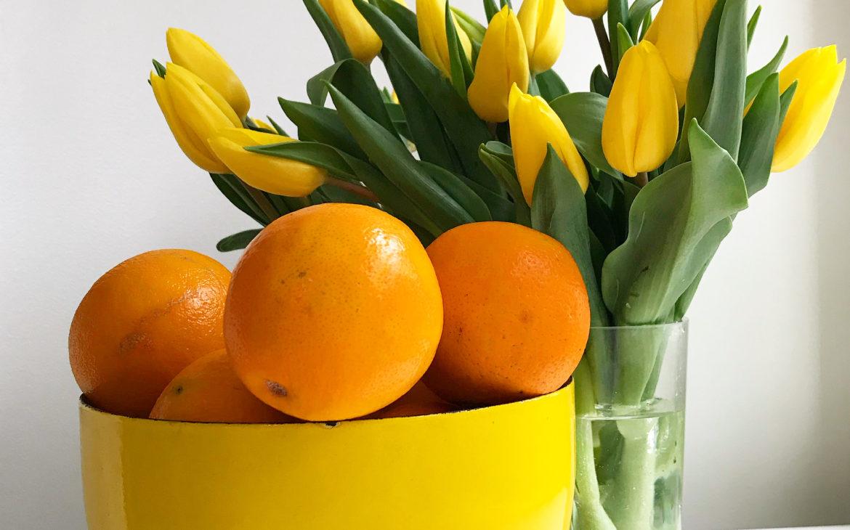 Elluyellow keltainen hedelmäkulho ja tulppaanit