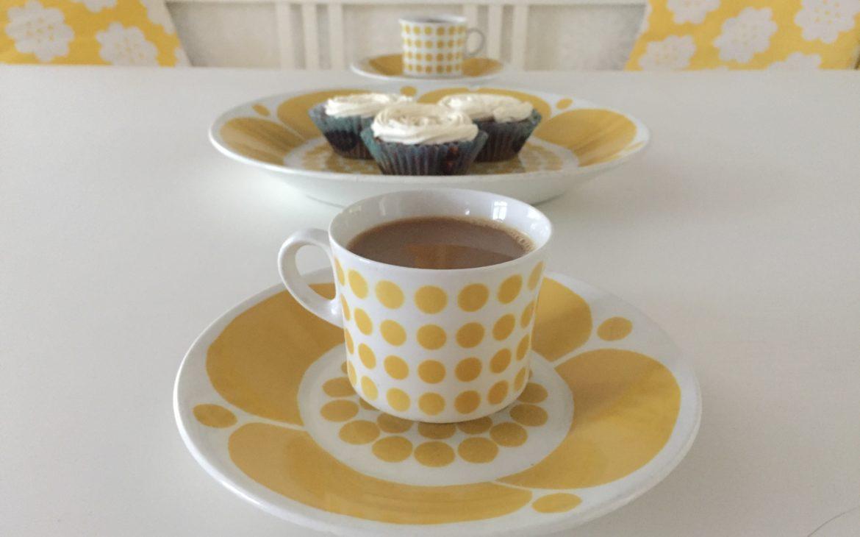 Elluyellow keltaiset kahvikupit kattaus