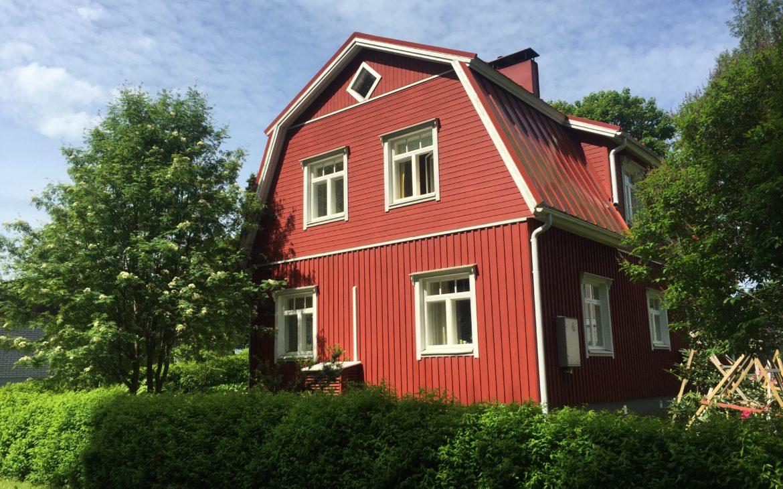 Elluyellow punainen mansardikattoinen talo