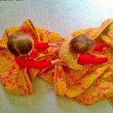Elluyellow tyttäret värikkäässä retrokodissa