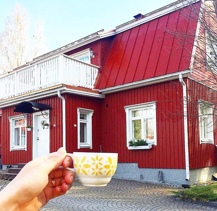 Punainen talo ja arabian kahvikuppi