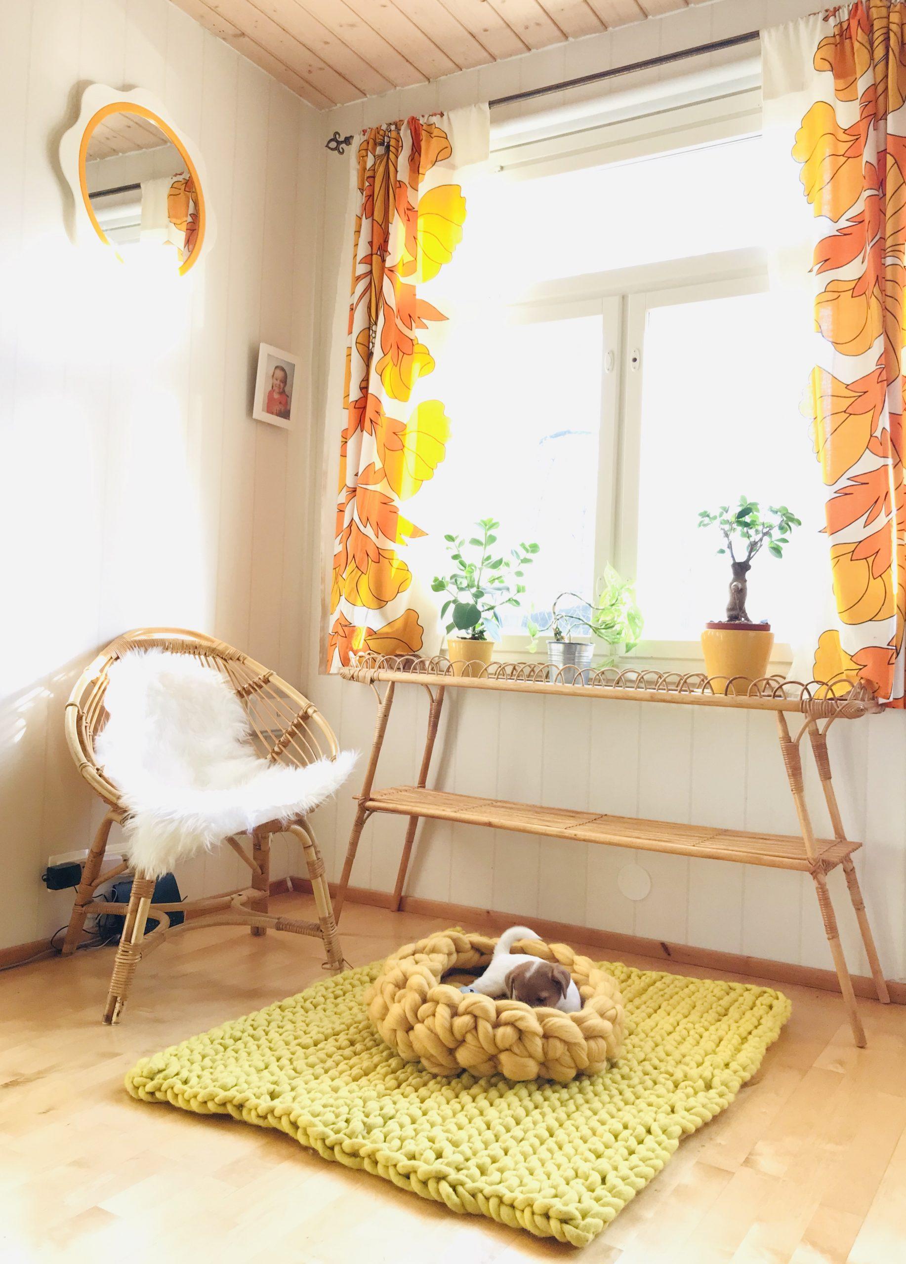 Elluyellow keltainen sukhi-matto rottinki sisustuksessa