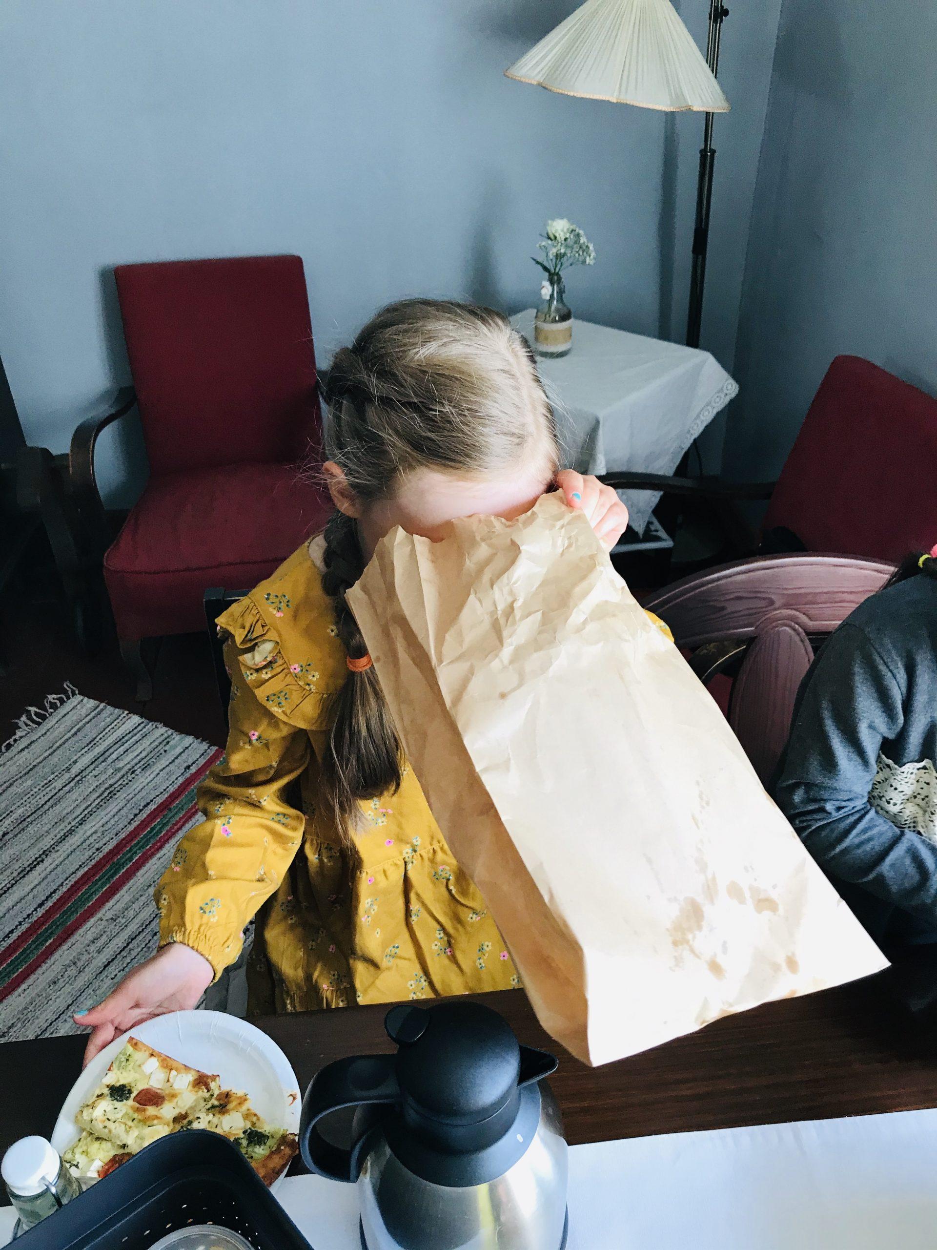 Elluyellow:n tyttö kurkistaa pussiin Cafe Hinttalassa.