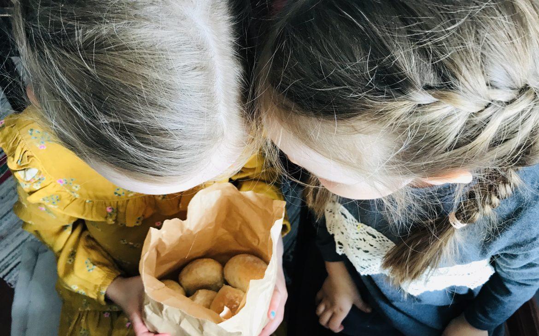 Elluyellow:n tytöt kurkistavat sämpyläpussiin kahvila Hinttalassa