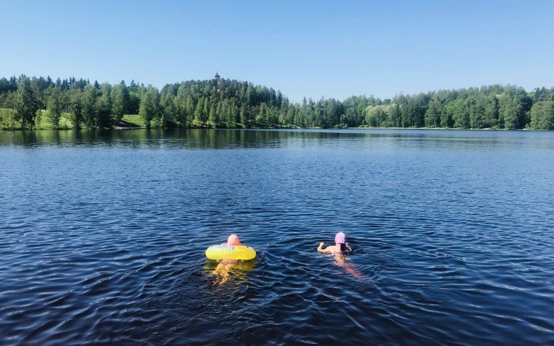 Elluyellow tytöt Nokialla uimassa järvessä.