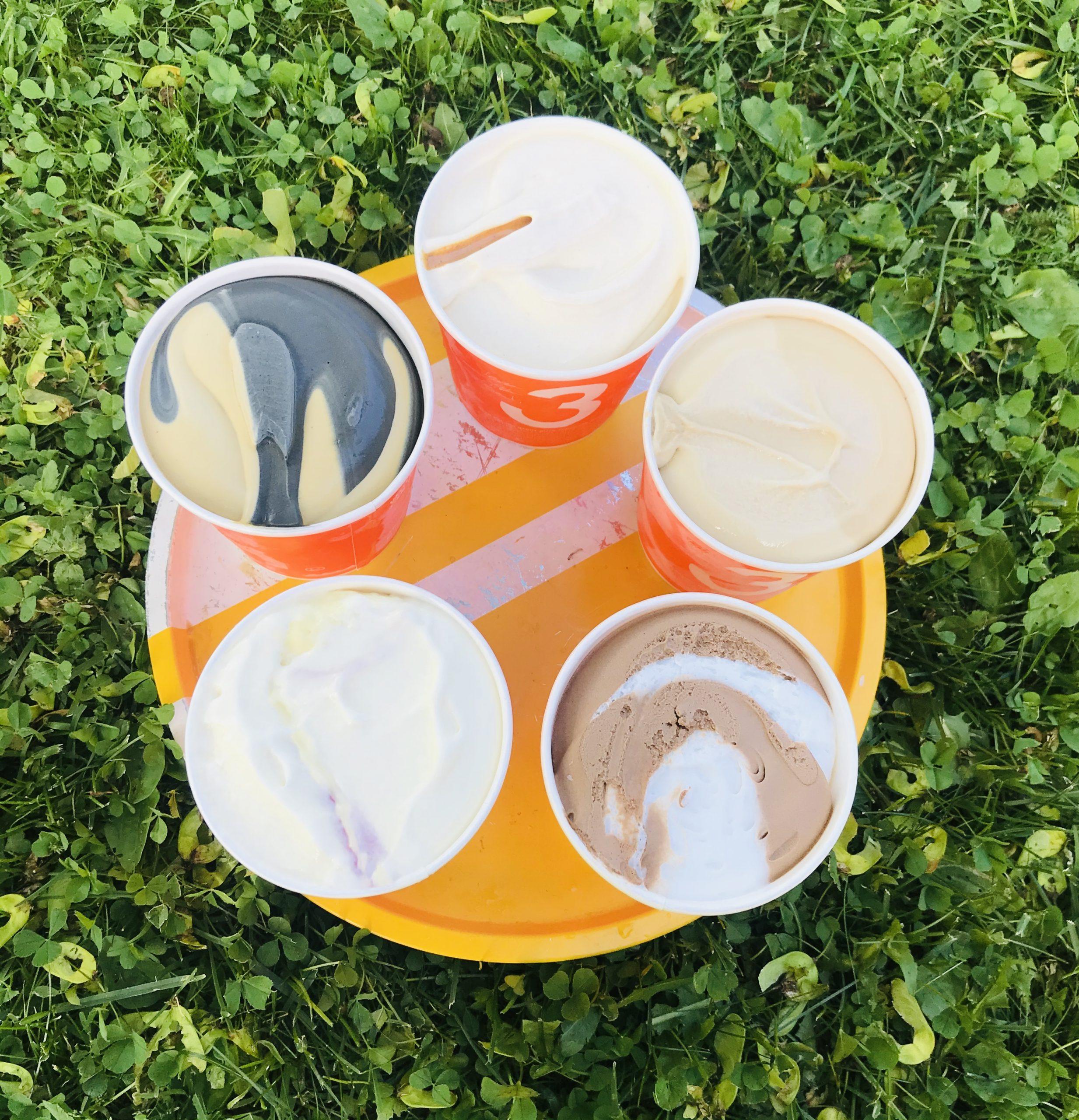 Elluyellow maistelee kotimaisia 3 kaverin jäätelöitä. Avonaiset, värikkäät pakkaukset.