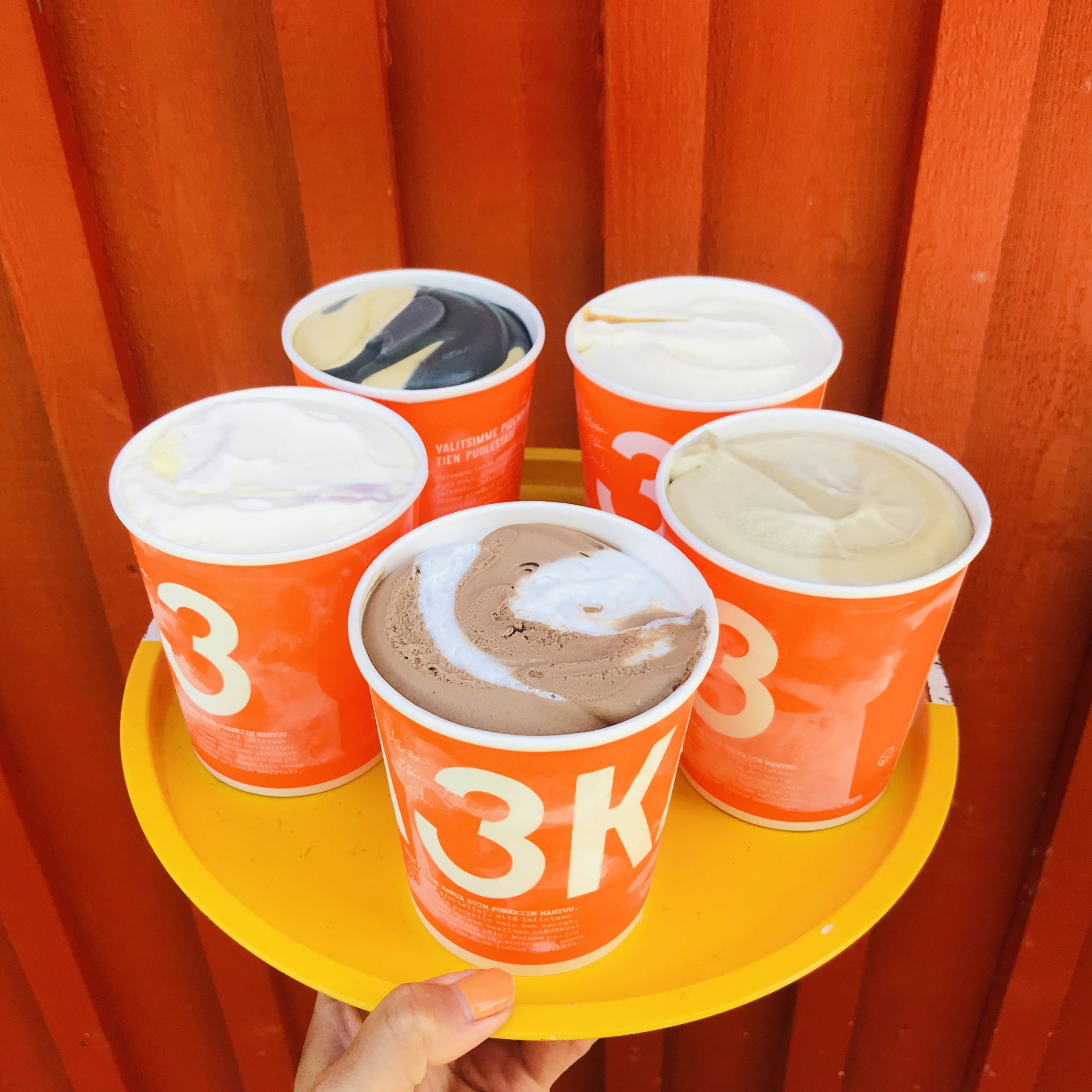 Elluyellow maistelemassa 3 kaverin jäätelöitä, värikkäät avatut paketit.