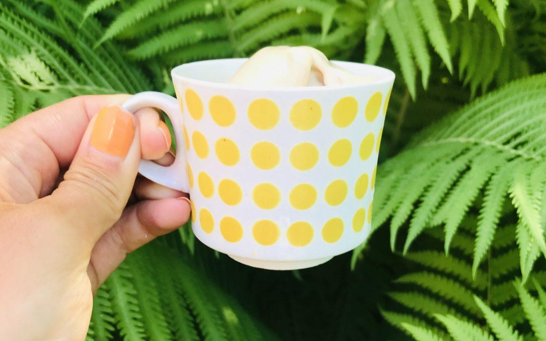 Elluyellow maistelemassa 3 kaverin kotimaista jäätelöä keltaisesta kupista.