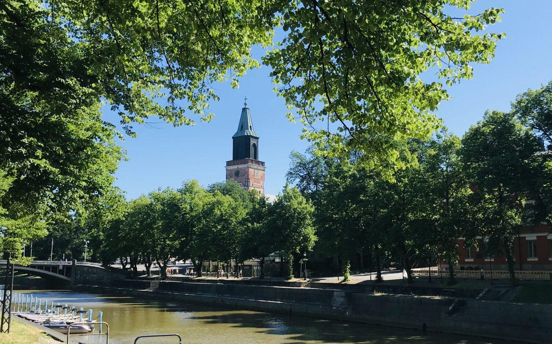 Elluyellow käymässä Turussa, Turun Tuomiokirkko kesänäkymällä.