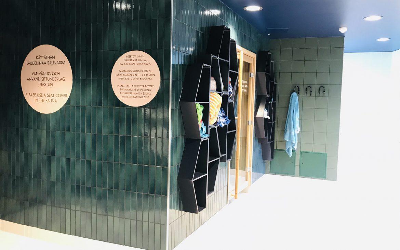 Elluyellow vierailemassa Nokian Scandic Edenissä, kylpyhuone.