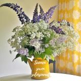 Elluyellow Suomen suven suloisimmat keltainen emalipannu täynnä kukkia.
