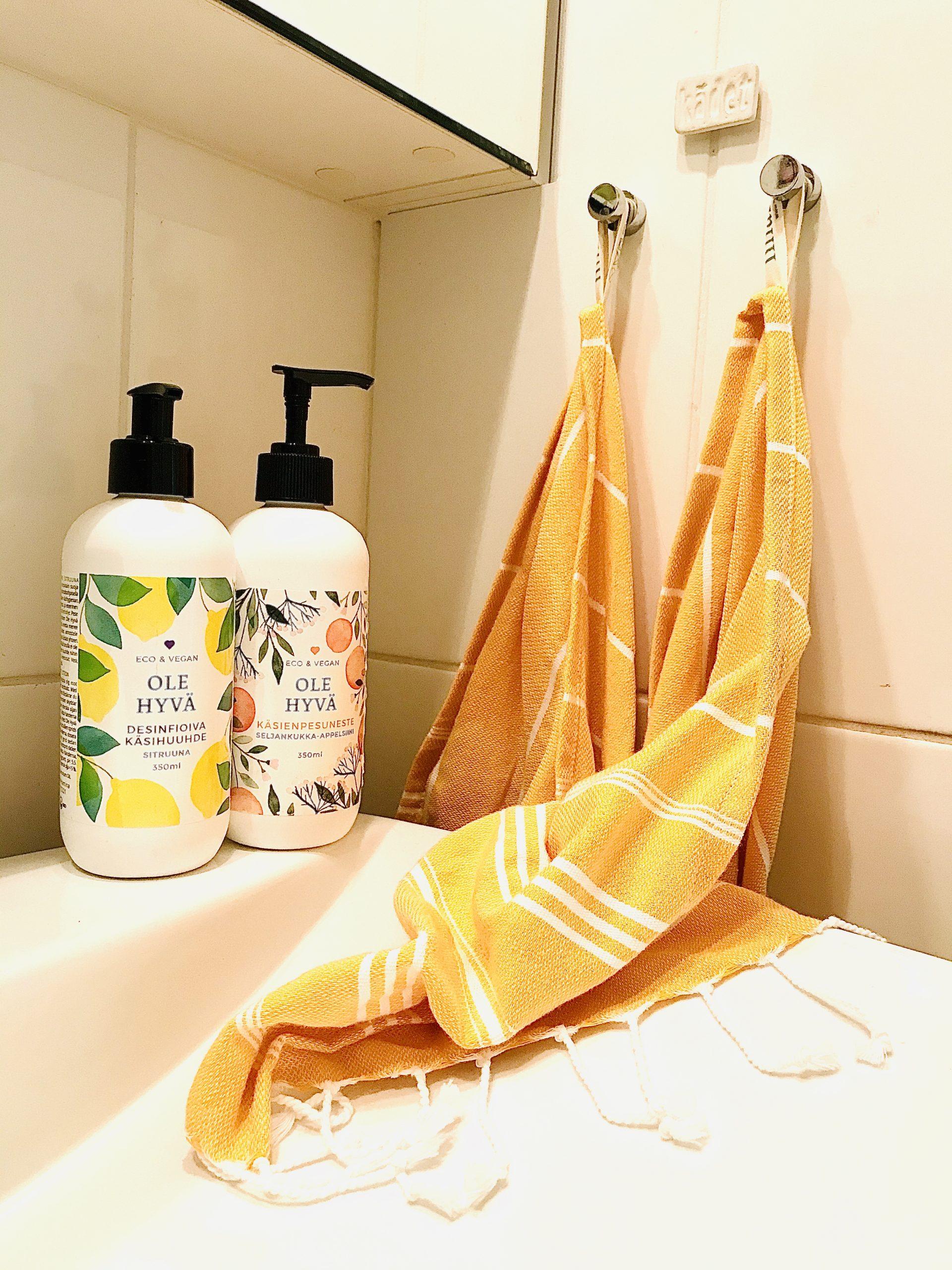 Elluyellow kokeilemassa suomalaisia ja ekologisia Ole Hyvä Luonnontuotteita, käsisaippuat kylpyhuoneen värikkäässä sisustuksessa