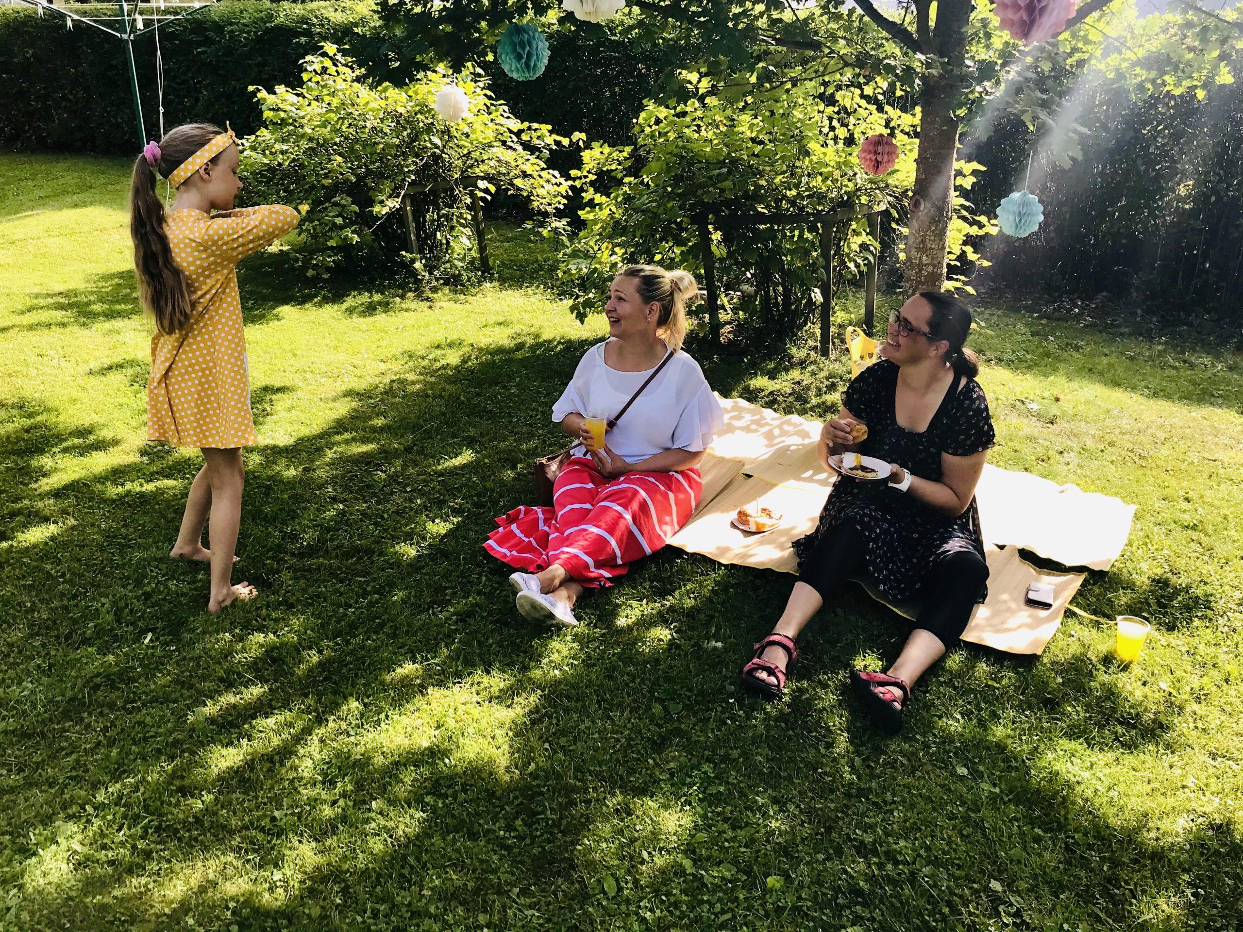 YellowQuu -lastenvaatemalliston julkaisujuhla Elluyellow puutarhassa