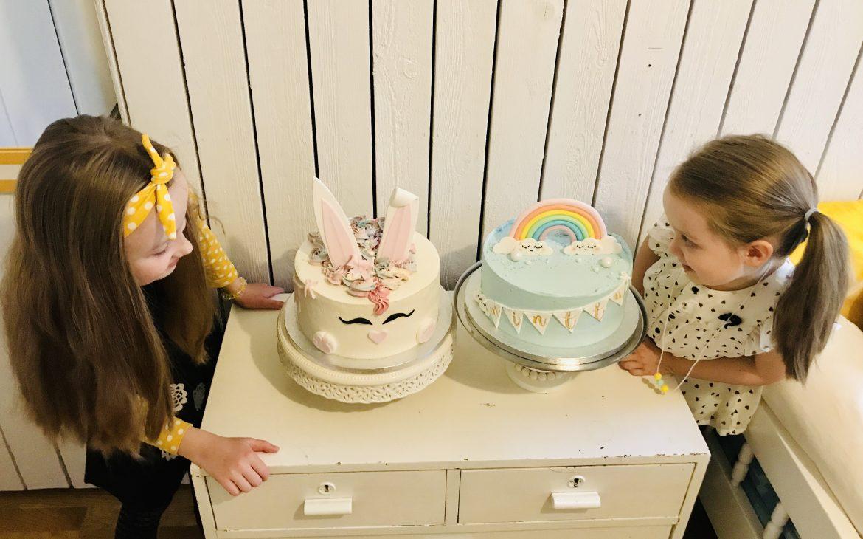 Elluyellow testaamassa Pilvilinnan kakkuja: tyttäret kakkujen kanssa